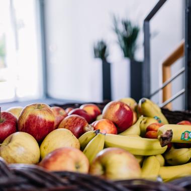 Für den kleinen Hunger können unsere Mitgestaltenden jede Woche in einen frisch gefüllten Obstkorb greifen.