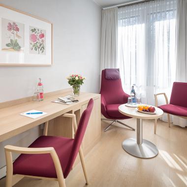 Blick in ein Patientenzimmer der Privatklinik Nikolassee
