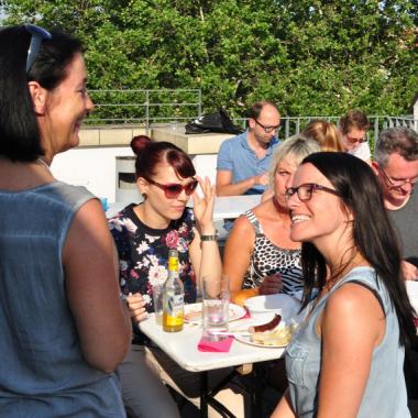 Beim Sommerfest kommen unsere Mitarbeiter aus allen Standorten zusammen. Eine gute Gelegenheit für einen Plausch.