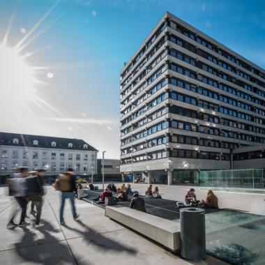 Der Geiwi-Vorplatz am Campus Innrain. (Credit: Birgit Pichler)