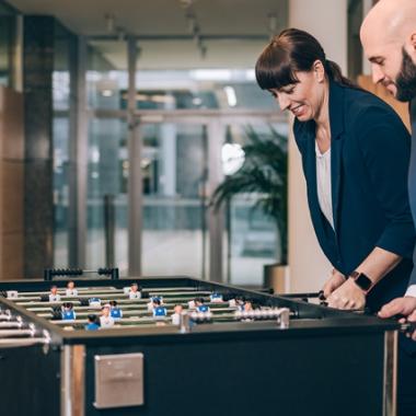 Spaß im Unternehmen, geht das? Ja, wir bieten unseren Mitarbeitenden zahlreiche Möglichkeiten, zwischenmenschlichen Kontakt zu pflegen (z. B. mit unseren Meet-Up-Angeboten wie den Smart Games, dem ...