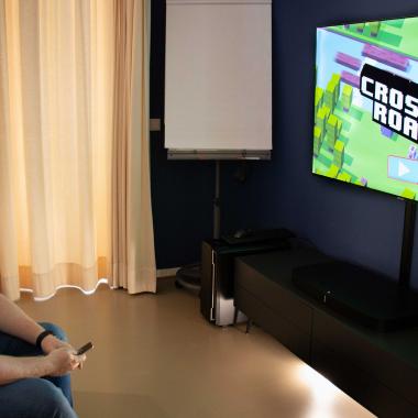Playstation spielen im Wohnzimmer