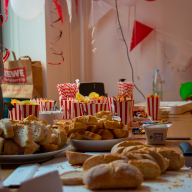 Mindestens einmal im Quartal feiern wir eine Office-Party