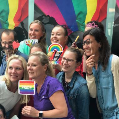 Kolleginnen und Kollegen feiern die Pride Week in Hamburg.