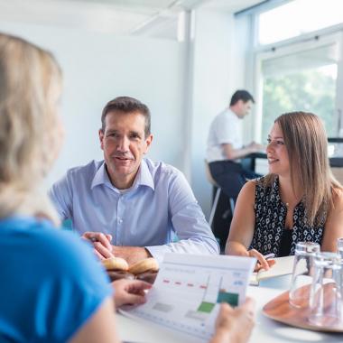 Ideengeber statt Befehlsempfänger: wir setzen auf ein offenes Arbeitsumfeld, in das sich jeder mit seinen Fertigkeiten einbringt.