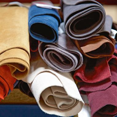 Jedes Leder wird von LLOYD vor Ort bei der Gerberei kontrolliert. Bei der Lederübernahme tragen wir unserem hohen Qualitätsanspruch Rechnung.