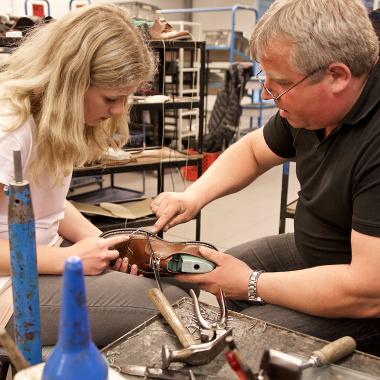 Die Leidenschaft für das Außergewöhnliche zeigt sich in jedem der vielen Handgriffe bis zum fertigen Schuh. Zusammenarbeit ist dabei ein wichtiger Faktor.