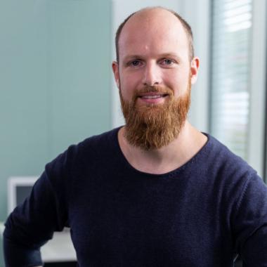 """""""Tief im Herzen bin ich ein Nerd."""" Stefans berufliche Leidenschaft: alles rund um IT-Themen und die Cloud. Als Business Consultant und IT-Architekt für Mobilitätslösungen arbeitet er im ..."""
