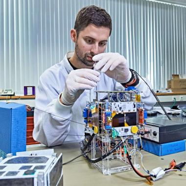 Per Anhalter in den Orbit - Ihr Ziel ist der Weltraum: Studenten der TU München befördern einen selbstgebauten Mini-Satelliten, der mit Bosch-Sensoren ausgestattet ist, ins All. Den Transport ü...