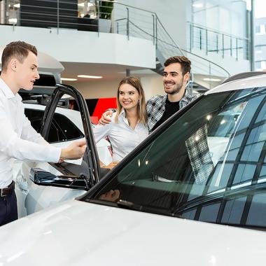 Unseren Azubis wird viel Vertrauen entgegen gebracht! Sie dürfen sogar Kunden am Fahrzeug beraten!