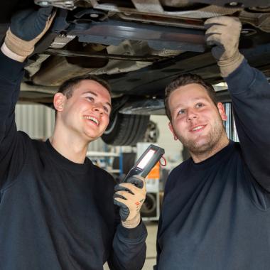 Unsere KFZ-Mechatroniker (m/w/d) dürfen ab dem 3. Ausbildungsjahr schon selbstständig in der Werkstatt mitarbeiten