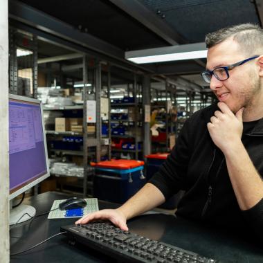 Als Fachkraft für Lagerlogistik (m/w/d) bist du nicht nur mit der Ein- und Auslagerung von Teilen beschäftigt, sondern sorgst dafür, dass die Mechaniker in der Werkstatt mit den richtigen Teilen ...