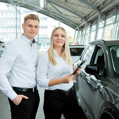 Hast Du schon immer von einem Job im Autohaus geträumt? Mach Deinen Traum wahr und bewirb Dich bei uns! Alle offenen Stellen findest Du auf unserer Homepage!