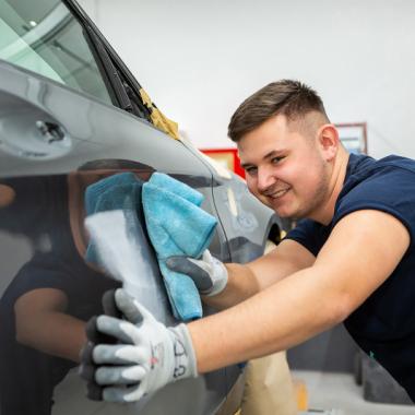 Zum Beruf des Fahrzeuglackierers (m/w/d) gehört nicht nur die Lackierung von Fahrzeugen sondern auch die Vorbereitung wie z.B. Spachteln, Schleifen und Polieren