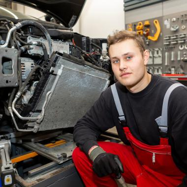 In seiner Ausbildung als Karosserie- und Fahrzeugbaumechaniker lernt Tom alles rund um die Instandsetzung von Karosserien, tauscht Fahrzeugverglasungen aus, usw.