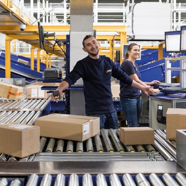 Gewerbliche Mitarbeiter bei der Paketabwicklung