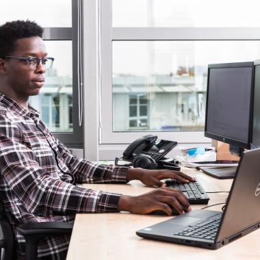 Unsere Arbeitsplätze und Ausstattung lässt Entwicklerherzen höher schlagen.