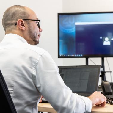 Ergonomische Büromöbel und aktuelle Technik.
