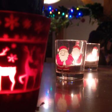 Unsere Weihnachtsfeier machen wir seit Jahren gern bei uns im Büro mit Musik, Feuerzangenbowle und lecker Essen.