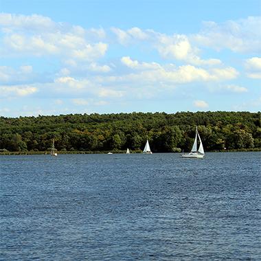 Unser Standort befindet sich unmittelbar am Wasser und ermöglicht einen weiten Blick für kreative Gedanken.