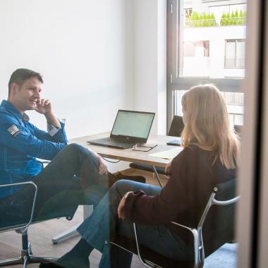 Zentral im Teamspace gibt es auch eine Rückzugsmöglichkeit für Meetings oder Abstimmungen in kleinerer Runde.
