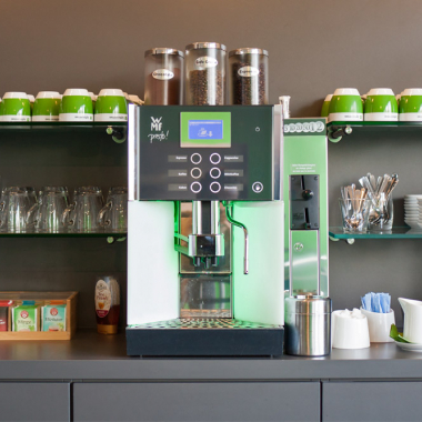Frischen Café, Tee und eine große Auswahl an Kaltgetränken gibt es in unserer Cafeteria für alle Mitarbeiter kostenlos.