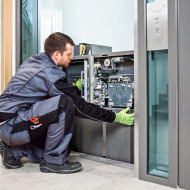 Dussmann Technical Solutions (DTS), HEBO Planung, Konstruktion, Fertigung, Modernisierung, Reparatur und Service von Aufzugstechnik.