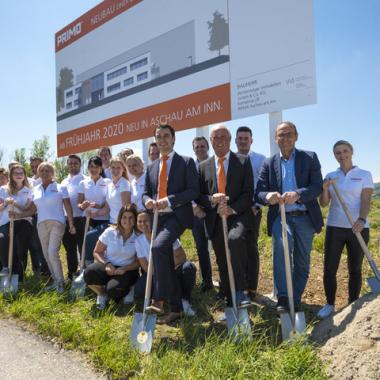 Kontinuierlicher Wachstum fordert Veränderungen und Ausbau von Räumlichkeiten: Spatenstich zum neuen Firmengebäude in Aschau am Inn.