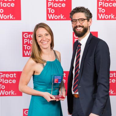 Den Preis nahmen HR Business Partner Nina Reinke (li.) und der Leiter der Berliner Niederlassung Christoph Burkhardt (re.) entgegen.