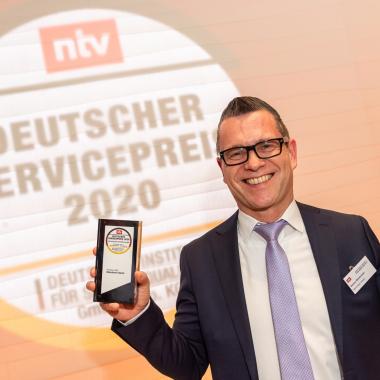 Rainer Breitmoser, Chief Customer Officer (CCO) der Münchener Verein Versicherungsgruppe und Fachbereichsleiter Service, mit dem Deutschen Servicepreis 2020. Foto: Thomas Ecke / DISQ / n-tv.