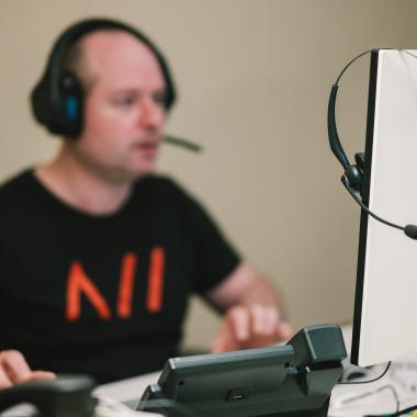 Ob Telefon oder Headset, Windows-Rechner oder MacBook - bei uns bekommen die Mitarbeiter*nnen die Arbeitsausstattung, mit der sie am besten arbeiten können.