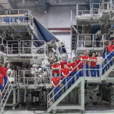 Auszubildende an der Papiermaschine in Ehingen