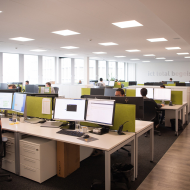 Grosszügige Büros mit moderner Arbeitsplatzausstattung