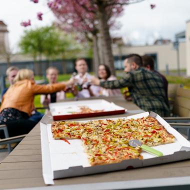 Gemeinsame Mittagspausen, ein After-Work Bier auf unsere Dachterrasse sowie Firmenfeiern & Teamevents sind feste Bestandteile unserer Teamkultur.