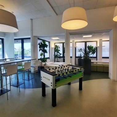 Playstation, Tischkicker, Tischtennisplatte, Dartscheibe und eine Oculus Rift, sorgen für Spaß und Abwechslung im Arbeitsalltag - natürlich in modernen Räumlichkeiten.