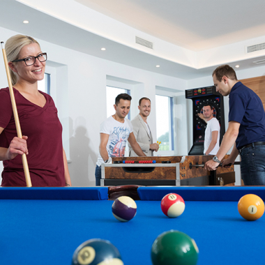 Für lustige und abwechslungsreiche Stunden sorgen der kostenlos benutzbare Dart- und Flipperautomat sowie ein Tischfußball- und Billardtisch.