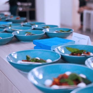 Unser Koch verpflegt uns zum Mittagessen viermal die Woche mit frischen regionalen Produkten.