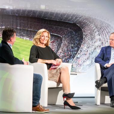 """Prominente Gäste: Die VGH-Talkreihe """"Sport trifft..."""" - hier mit Niedersachsens Ministerpräsident Stephan Weil (rechts), Moderatorin Bettina Tietjen und Fußball-Trainer Dieter Hecking."""