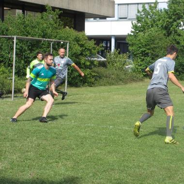 Gemeinsame Aktivitäten: Das jährliche Fußballturnier zwischen den Fachbereichen sorgt für Spiel und Spaß.