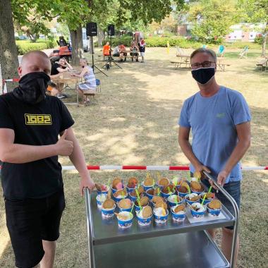 Am Wochenende war der Eiswagen in den verschiedenen Stiftungseinrichtungen vorgefahren. Überall wurden Michael und Dello bereits erwartet und herzlichst begrüßt. 3500 Kugeln Eis haben die beiden ...