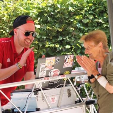 Große Freude über die Musik von einem DJ, der ehrenamtlich für die Bewohner da ist.