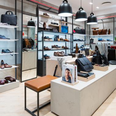 In den 40 eigenen Stores in Deutschland lädt das einladende Ladenbaukonzept zum Verweilen ein.