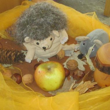 Ein Herbstgruß aus der Kita Retzen in Bad Salzuflen, eine von 19 Kitas in der Trägerschaft von Eben-Ezer. Den Herbst begrüßen Kinder und Mitarbeiter*innen mit Kastanien- und Laternenbasteln und ...