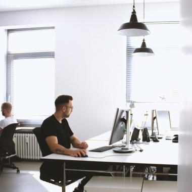 Dein Arbeitsgerät wählst du bei uns selbst. Mac oder PC. Ganz wie du willst!