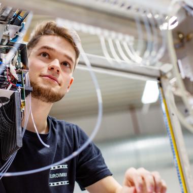 Vom Prototypen bis hin zum Seriengerät kommt alles aus der hauseigenen Fertigung. Techniker finden bei EUROIMMUN zahlreiche Einsatzgebiete und erwecken die Laborautomaten zum Leben.