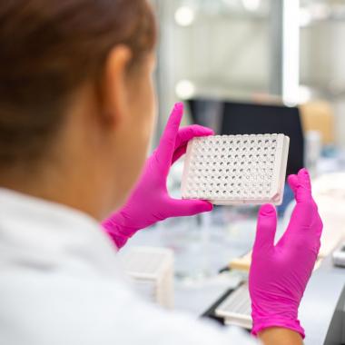 Von der Forschungsidee bis zum Vertrieb sind Laboranten in den gesamten Produktlebenszyklus involviert. Trotz Digitalisierung ist klassische Laborarbeit eine wichtige Basis für die Produktentwicklung