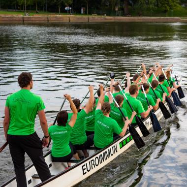 TEAMWORK wird bei EUROIMMUN groß geschrieben - nicht nur in der interdisziplären Zusammenarbeit, sondern auch in zahlreichen Freizeit- und Sportgruppen, wie hier beim Drachenboot-Training.
