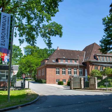 Der EUROIMMUN-Hauptsitz befindet sich in der Hansestadt Lübeck. Parkähnliche Außenanlagen mit viel grün und frischer Luft findet man an all unseren Standorten - für erholsame Pausen bestens ...