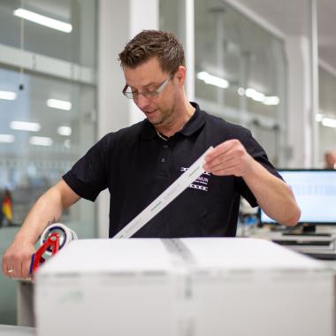 Im EUROIMMUN-Versand werden die bestellten Testsysteme sicher verpackt und in die ganze Welt verschickt.