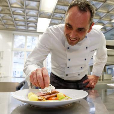 In unseren erstklassigen Betriebsrestaurants erwarten uns täglich frisch zubereitete Speisen. Dies ist nur eines von vielen EUROIMMUN-Mitarbeiterangeboten rund um bewusste Ernährung und Gesundheit.